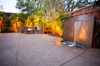 valiente-santa-cruz-decorative-concrete-seat-wall-firepit-waterfall-feature-350